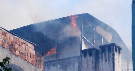 Oturduğu evi yaktı, sonra kaçtı