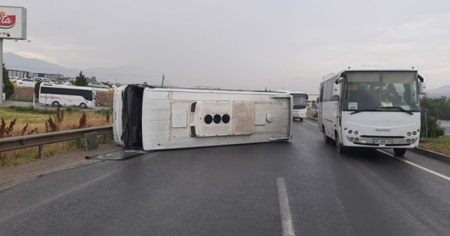 Tarım işçilerini taşıyan servis devrildi: 5 yaralı