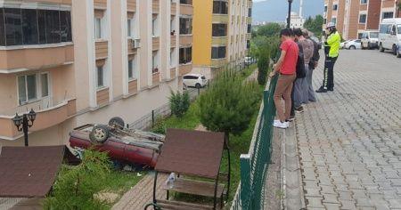 Yanlış vitese takınca site bahçesine devrildi