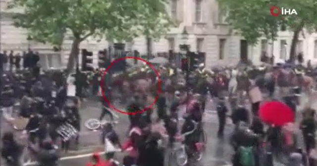 İngiltere'deki protestolarda polis attan düştü