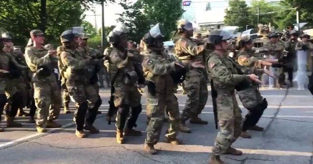 """Ulusal muhafızlardan """"Macarena"""" dansı"""
