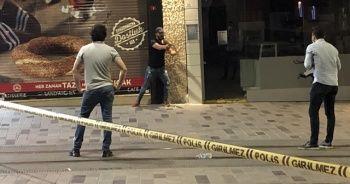 İstiklal Caddesi'nde bir kişi eline aldığı bıçakla etrafa saldırdı