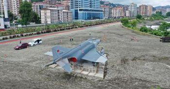 Rize sahiline eski savaş uçağı konuldu