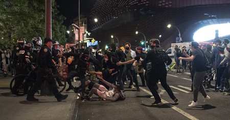 Beyaz Saray önündeki Floyd protestoları çatışmalara sahne oldu