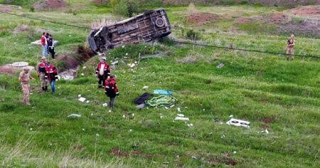 Cenaze aracı takla attı: 1 ölü, 1 yaralı