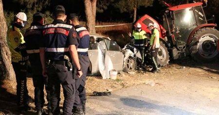 Denizli'de otomobil park halindeki traktöre çarptı: 2 ölü