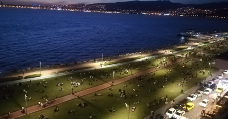 İzmirliler Kordon'a akın etti, kalabalık korkuttu