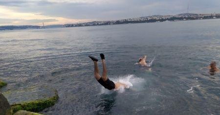 Kısıtlama kalkınca sahile akın edip denize girdiler
