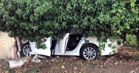 Kontrolden çıkan araç bahçe duvarına çarptı: 5 yaralı