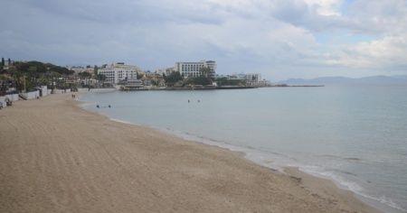Kuşadası'nda plaj ve işletmeler yağmur nedeniyle boş kaldı