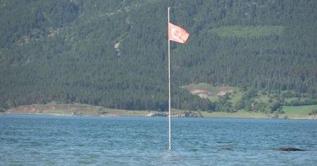 Suyun üzerinde duran Türk Bayrağı görenleri şaşırtıyor