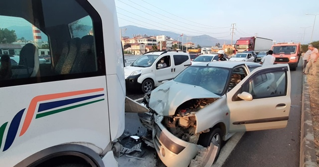 Fethiye'de otomobil yolcu minibüsüne çarptı: 7 yaralı