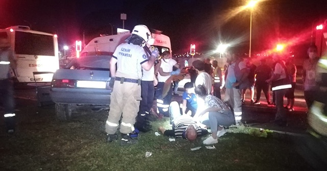 İzmir'de otomobil ile belediye otobüsü çarpıştı, 6 kişi yaralandı