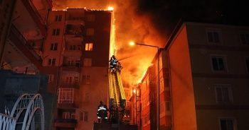 Apartmanın çatısında çıkan yangın yan binaya sıçradı