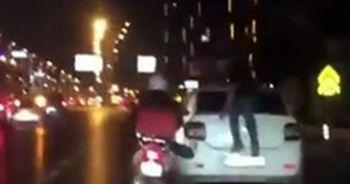 Arıza yapan aracı motosiklet ile itti