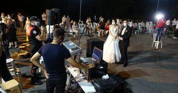 Düğünde polisten halay ikazı