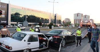 Kırmızı ışıkta bekleyen otomobile çarptı
