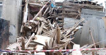 Üsküdar'da 2 katlı ahşap evde çökme meydana geldi