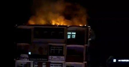 8 katlı binanın çatısında çıkan yangın korkuttu
