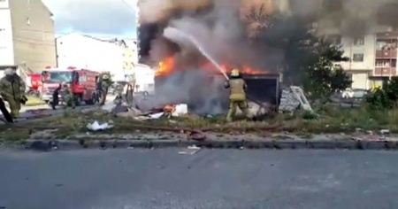 Arnavutköy'de bir baraka alev alev yandı