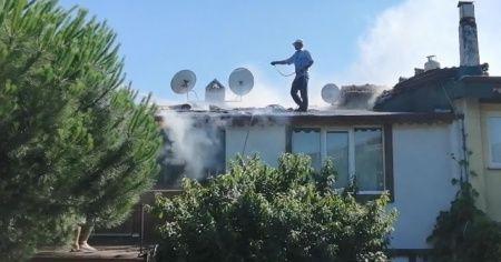 Bahçe hortumu ile çatıya çıkıp yangını söndürmeye çalıştı
