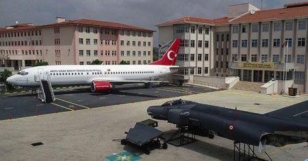 Bahçesinde yolcu ve savaş uçağı olan okul