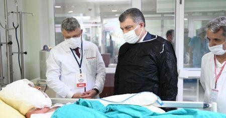 Bakan Koca, tedavi gören hastaları ziyaret etti