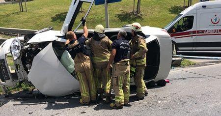 Bariyerlere çarpan araç yan yattı