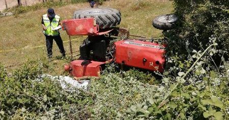 Devrilen traktörün altında kalan sürücü öldü, oğlu son anda kurtuldu