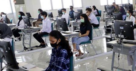 Endonezya'da Kovid-19 gölgesinde okullar yeniden açıldı
