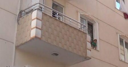 Evde kilitli kalan ikizler ortalığı birbirine kattı