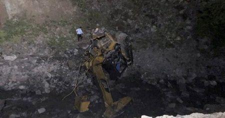 Gümüşhane'de yol çalışması yapan ekibin üzerine heyelan düştü: 2 ölü