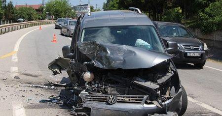 Hafif ticari araçla otomobil kafa kafaya çarpıştı