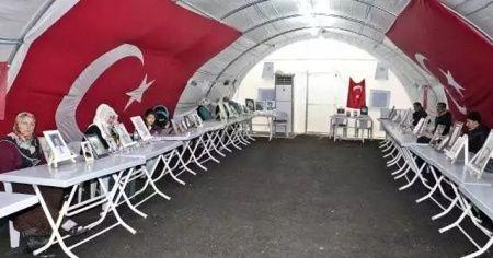 HDP önünde evlat nöbeti tutan bir aile daha çocuğuna kavuştu