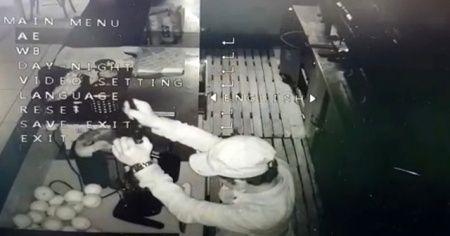 İş yerine giren hırsız, portakal suyu sıkarak bardağa doldurup içti