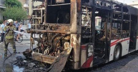 İzmir'de faciadan dönüldü, belediye otobüsü alev alev yandı