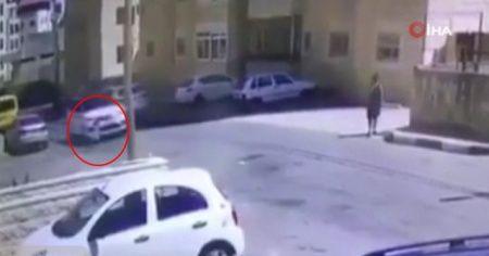 Karşıdan karşıya geçen 2 küçük kıza otomobil çarptı