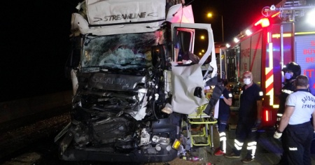 Kırmızı ışıkta bekleyen tıra çarpan tır sürücüsü hayatını kaybetti
