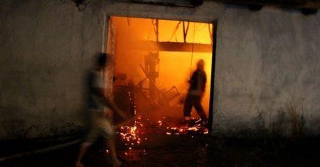 Manisa'daki yangında 3 ahır ve 800 balya saman kül oldu