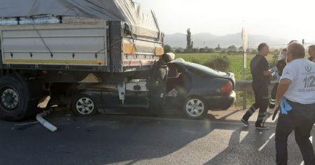 Otomobil tıra ok gibi saplandı, oğul öldü anne ağır yaralandı