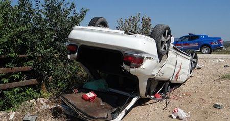 Otomobil, traktöre arkadan çarptı