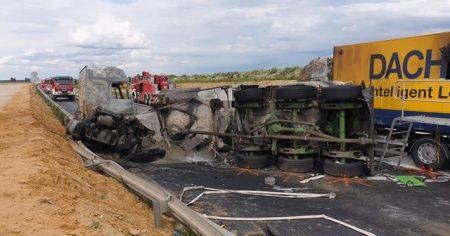 Polonya'da yolcu otobüsü ile 2 tır çarpıştı: 32 yaralı