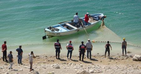 Serinlemek için baraj gölüne giren iki gençten biri kayboldu