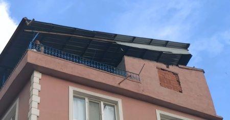 Şiddetli rüzgar çatıları uçurdu, bayrak direklerini yıktı