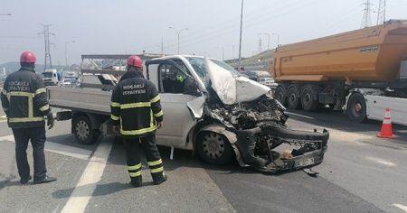 TEM Otoyolunda kamyonet tıra arkadan çarptı