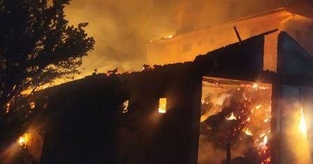 Yangında bir ev, 2 samanlık ve ahır yandı