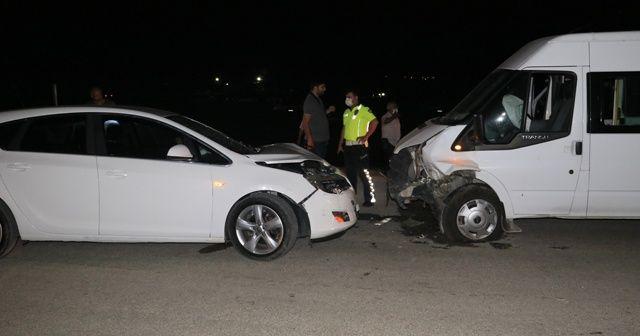 Adana'da otomobil ve minibüs çarpıştı: 3 yaralı
