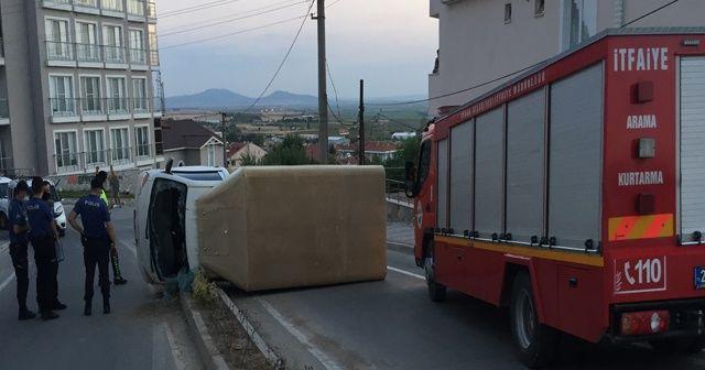 Aşırı alkollü sürücü önce refüje çarptı, ardından yola devrildi