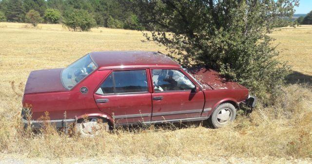 Direksiyon hakimiyetini kaybeden sürücü ağaca çarptı