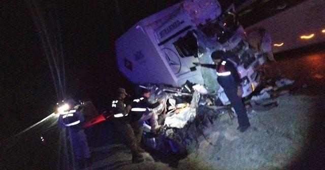 Kamyonla hafif ticari araç çarpıştı: 3 ölü, 1 yaralı